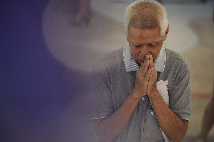 Người dân lặng lẽ cầu nguyện mong ông Lý Quang Diệu an nghỉ.