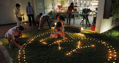 Mọi người thắp nến, đặt hoa và thiệp để cầu nguyện cho ông Lý Quang Diệu suốt nhiều ngày qua bên ngoài bệnh viện Đa khoa Singapore, nơi ông điều trị.