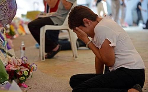 Một người phụ nữ ôm mặt khóc nức nở tại khu vực tưởng niệm cựu Thủ tướng Lý Quang Diệu ở cống  Bệnh viện đa khoa Singapore sau khi được tin ông qua đời. Ông Lý vừa qua đời vào hồi 3h18 sáng nay (theo giờ Singapore), hưởng thọ 91 tuổi.