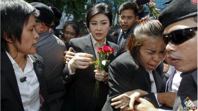 Cựu Thủ tướng Thái Lan nhận hoa của người ủng hộ trước khi bước vào phiên xét xử
