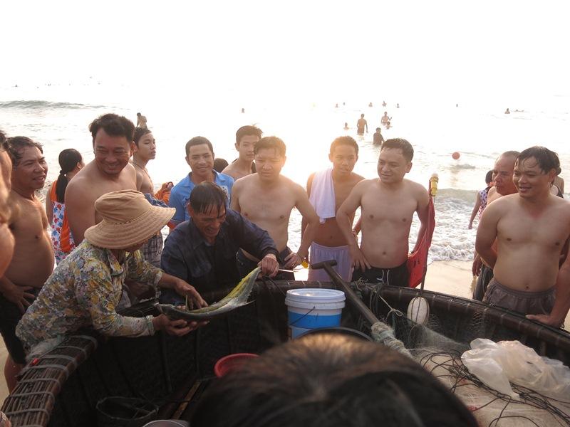 Ngư dân Đà Nẵng hồ hởi khoe cá vừa kéo lưới về còn tươi dong mời khách mua
