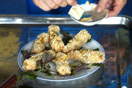 Các đại gia Việt truyền tai nhau bí quyết  tăng cường sức khỏe bằng cách mua bụi vàng 24 cara rắc vào thức ăn