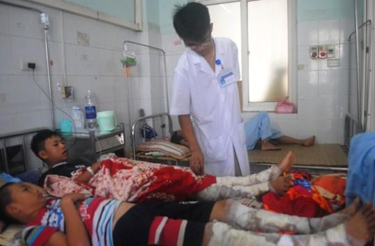 Các cháu nhỏ bị bỏng xăng đang được điều trị tại Bệnh viện Đa khoa tỉnh Thanh Hóa