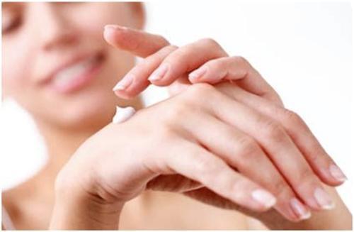 Dưỡng ẩm là việc làm cần thiết để cải thiện tình trạng da khô trong mùa đông