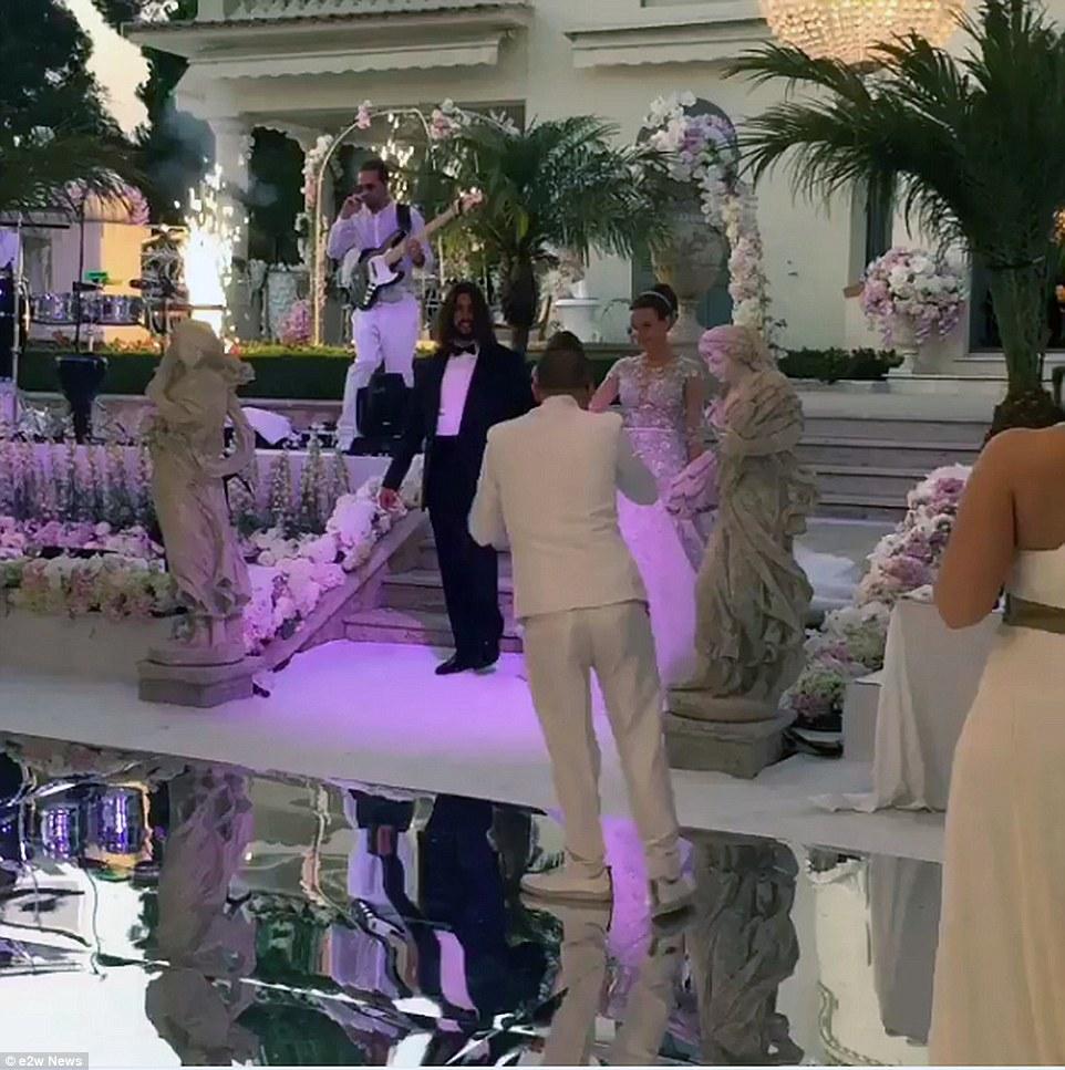 Cô dâu và chú rể xuất hiện trong đám cưới. Dường như chú rể không muốn lộ mặt trên các phương tiện truyền thông.