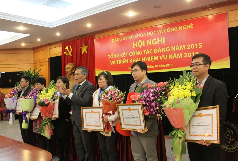 Thứ trưởng Trần Văn Tùng trao Giấy khen của Đảng ủy Bộ KH&CN cho 06 tổ chức đảng trong sạch, vững mạnh tiêu biểu năm 2015