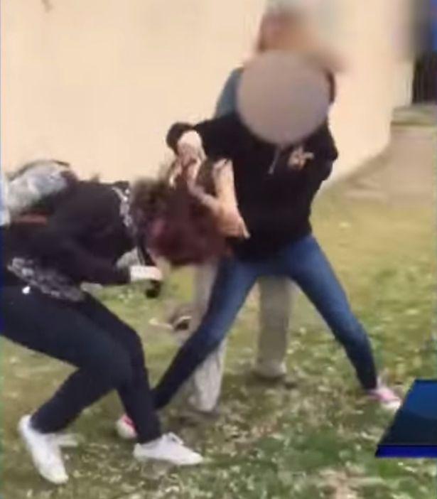 Một hành động bạo lực học đường đáng lên án, con gái Morlan đánh nhau với bạn và bà đứng ngoài cổ vũ