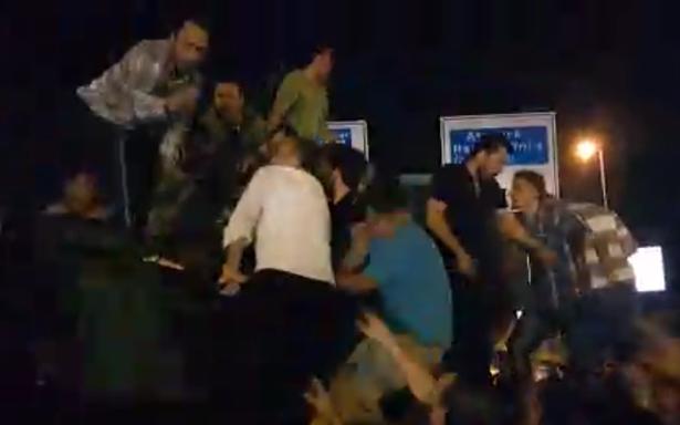 Nhóm ủng hộ chính quyền Tổng thống Erdogan tìm cách kéo một người lính thuộc phe đảo chính ra khỏi xe tăng. Ảnh Mirror