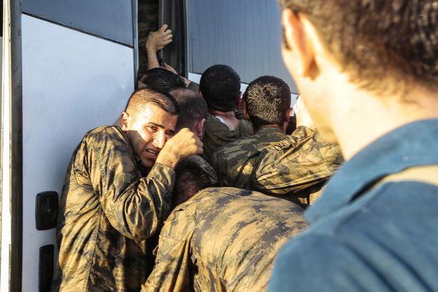 Những người lính hoảng sợ co cụm lại với nhau sau khi cuộc đảo chính thất bại. Ảnh Getty Images