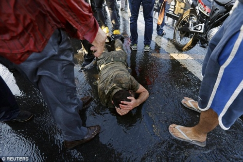 Người dân Thổ Nhĩ Kỳ trút giận lên những người lính tham gia đảo chính. Ảnh Reuters