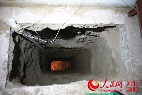 Ảnh chụp cửa vào đường hầm do nhóm trộm đào để đột nhập vào ngôi chùa cổ của Trung Quốc