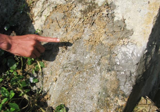 Nước rỉ ra ở thân đập nước ở núi Cấm gây lo ngại