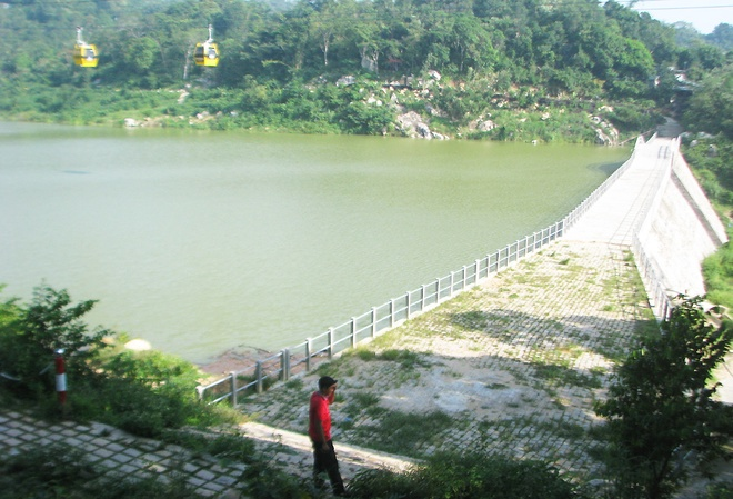 Đập nước trên núi Cấm bị xì, hàng nghìn dân hoang mang