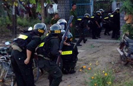 Đấu súng kinh hoàng giữa cảnh sát và tội phạm khiến các chiến sĩ đặt mình vào vòng nguy hiểm