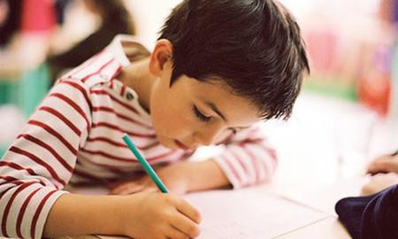 dạy trẻ ngồi đúng tư thế