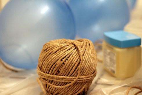 Chuẩn bị: 1 cuộn len sợi to, Keo sữa (dùng làm cứng sợi len), Bóng bay