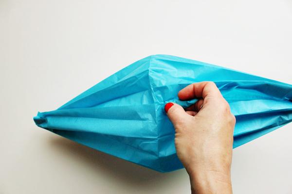 Kéo phần giấy giữa, chỗ nếp gấp ra để tạo thành hình thoi.