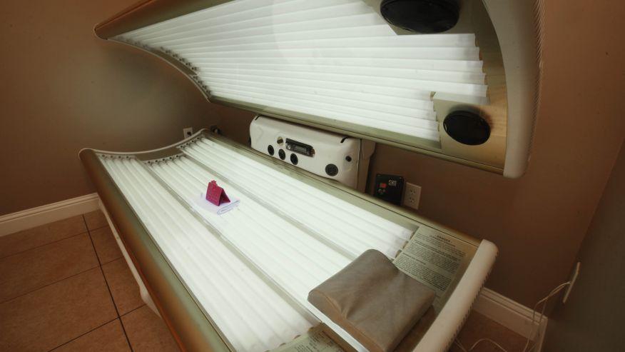 Đèn tắm nắng trong nhà không hề giúp tăng cường vitamin D như nhiều người quan niệm