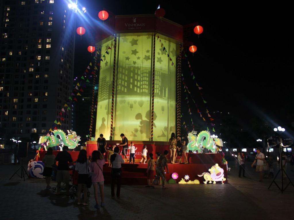 Các bạn trẻ cũng tỏ ra thích thú với đèn kéo quân khổng lồ này