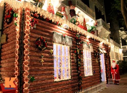 Các khách sạn lớn được trang trí vô cùng đẹp mắt trong đêm Giáng sinh