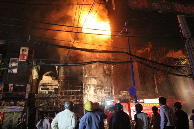 Nhiều căn nhà ở Trung tâm TP HCM thiêu rụi trong đám cháy lớn cuối năm 2014