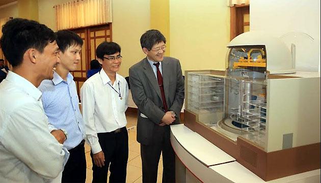 Tham quan mô hình nhà máy điện hạt nhân