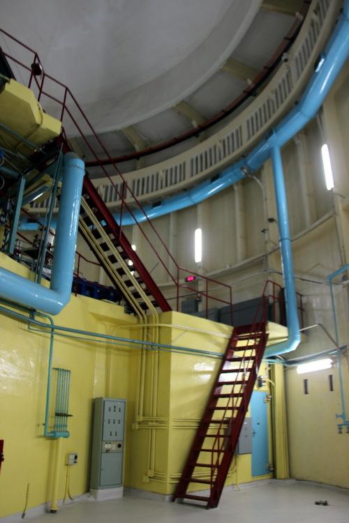 Ngày 30/11/2011, lò phản ứng đạt trạng thái tới hạn lần đầu với vùng hoạt sử dụng toàn bộ nhiên liệu độ giàu thấp (LEU). Ngày 3/7/2013, tất cả các bó nhiên liệu độ giàu cao đã được chuyển trả về Liên Bang Nga.