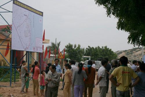 Người dân xem quy hoạch địa điểm xây dựng Nhà máy Điện hạt nhân Ninh Thuận 1