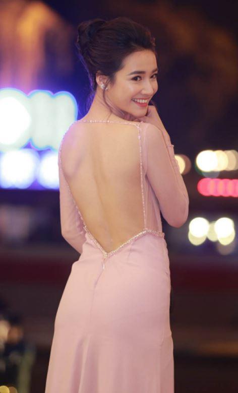 Bỏ mặc ồn ào chuyện tình ái, Nhã Phương vẫn xinh đẹp nhận giải Cánh Diều 2017