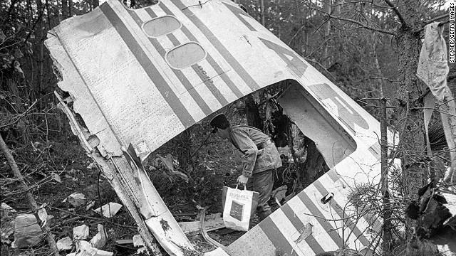 Một cửa khoang chứa hàng hóa của chiếc máy bay Airlines Flight 981 (Thổ Nhĩ Kỳ) bị rơi ở ngoại ô Paris vào năm 1974 trong khi đang bay trong không trung, làm cho áp lực trong cabin giảm và cuối cùng trở thành tai nạn rơi máy bay. Vụ tai nạn đã dẫn đến một sự thay đổi toàn ngành công nghiệp máy bay trong việc thiết kế nhằm hạn chế khả năng xả áp của máy bay.