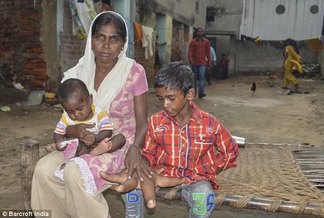 Mẹ của cậu bé, cô Haleema, 27 tuổi, (ảnh với Kaleem và một đứa con khác của cô) cho biết cô cảm thấy bất lực