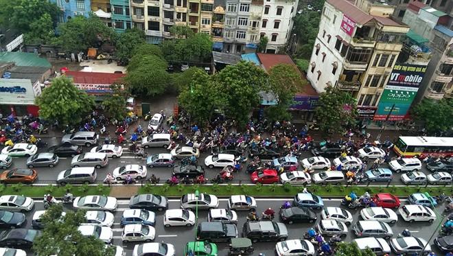 Các phương tiện ùn ứ trên đường Cầu Giấy. Hàng nghìn xe máy, ôtô chôn chân giữa trời mưa.