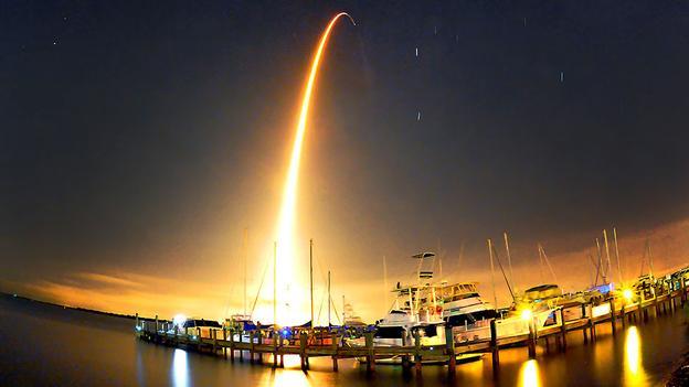 Tên lửa tiếp tế. Tên lửa SpaceX Falcon 9 được phóng khỏi bệ phát sáng trên bầu trời để làm nhiệm vụ tiếp tế cho Trạm vũ trụ quốc tế. (ảnh Rubadoux / AP)