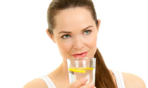 Thói quen uống nước chanh ấm có thể gây bệnh răng miệng như sâu răng, mòn răng