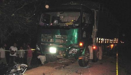 Hiện trường tai nạn xe máy đầu đầu xe tải, 3 người tử vong