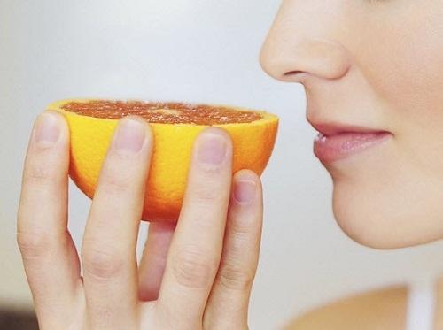 Nên mang theo cam, quýt, bánh mì vì ngửi mùi các loại thực phẩm này là cách chống say xe hiệu quả nhất