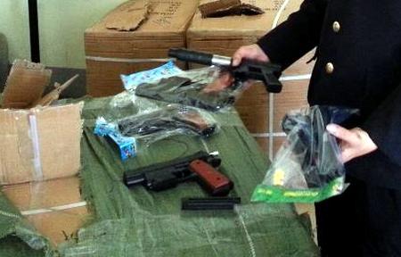 Lực lượng chức năng cửa khẩu Quảng Ninh ghi nhận trường hợp thu giữ hàng chục nghìn đồ chơi bạo lực