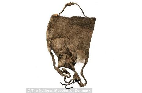 Đồ lót phụ nữ được người Inuit mặc ngoài khi ở nhà cũng như khi ra ngoài