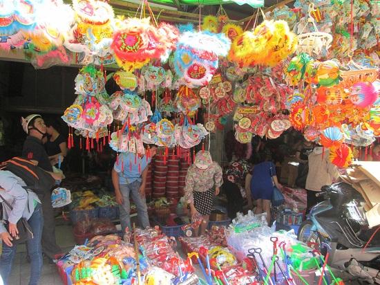 Nhiều sản phẩm Đầu Lân, đầu Sư Tử đa số là hàng của Trung Quốc, giá vài trăm ngàn/chiếc bán tràn ngập phố Hàng Mã - Hoàn Kiếm - Hà Nội