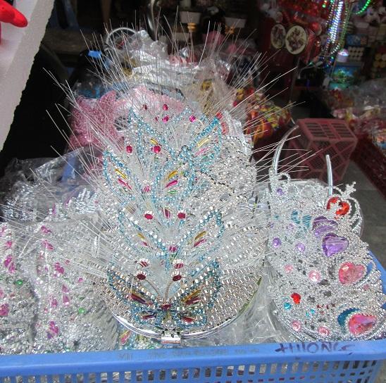 Những chiếc vương miện nay cũng có nguồn gốc hàng từ Trung Quốc, nhựa không biết chất liệu có đảm bảo chất lượng hay không nhưng giá rẻ và được cả trẻ nhỏ và các em gái 'choai choai' ưa dùng. Mỗi chiếc vương miện này có giá từ 20 - 30 ngàn đồng/chiếc. Ảnh: Nguyễn Nam