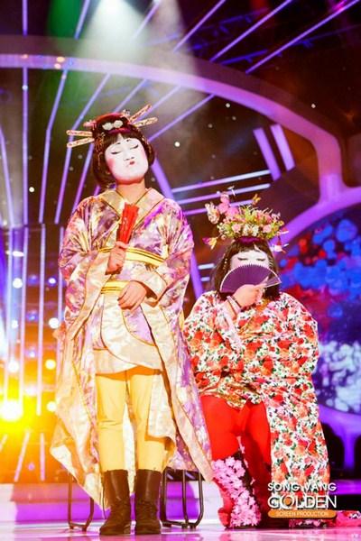 Ở màn biểu diễn này, Vương Khang lại tiếp tục chọc cười khán giả với vai geisha nổi tiếng bên cạnh sự xuất hiện của Don Nguyễn với màn song ca sau tiết mục chính của Vương Khang