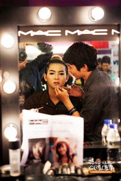 Hoài Lâm khiến ekip hóa trang của chương trình không mấy khó khăn khi hóa trang cho anh trở thành một Đông Nhi đầy nữ tính.