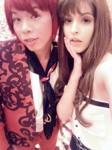 Andrea chụp ảnh hậu trường cùng chị Hội trong phim do diễn viên Thái Hòa đảm nhiệm.