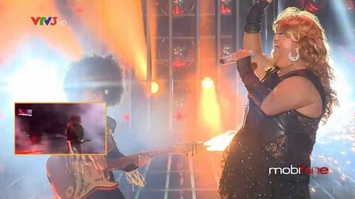Vương Khang sôi động với màn hóa thân thành Beyonce với bài hát Listen and Super bowl.
