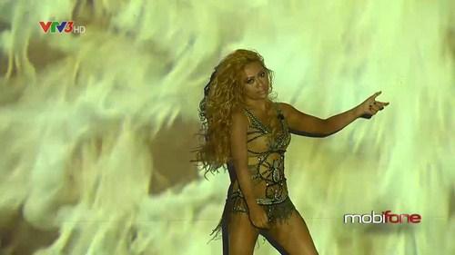 MiA với phần biểu diễn bốc lửa trong trang phục khá kiệm vải.