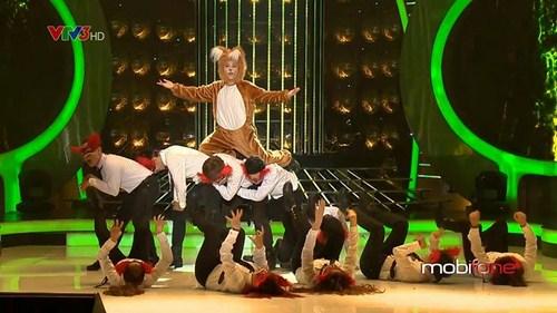 uán quân của live show 9 sẽ biểu diễn The Fox ( What Does the Fox Say?) trong màn hóa thân thành Ylvis.