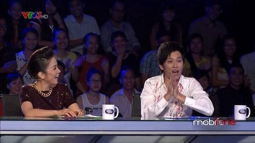 """Hoài Linh chỉ còn biết quay ra nhìn Hoài Lâm và hát """" lạy con trở về ngày hôm qua""""."""