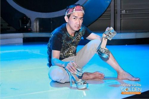 Minh Thuận hoang mang với đôi giày cao gót để có chiều cao tương đương với ca sĩ chân dài Hồ Ngọc Hà.