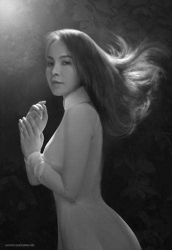 Ngay từ những bức ảnh đầu tiên, hình ảnh siêu mẫu Ngọc Bích quyến rũ trong tà áo dài trắng truyền thống đã gây sốt cộng đồng mạng.