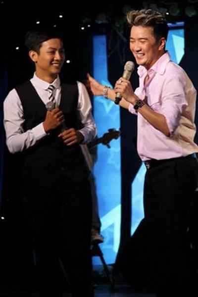 Hoài Lâm và sư phụ Đàm Vĩnh Hưng trên sân khấu ca nhạc.